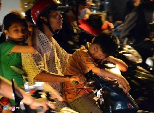Các trẻ ngủ ngon lành trong khi phụ huynh loay hoay nhíc từng chút một vì kẹt xe.
