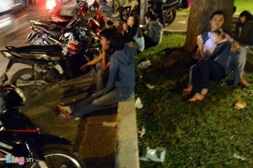 Nằm ngủ gục, chơi game giữa đường chờ kẹt xe sau pháo hoa