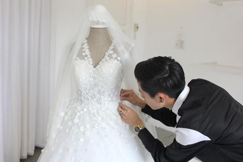 Chiếc váy được đính kết tỉ mỉ bằng tay trong nhiều ngày. - Tin sao Viet - Tin tuc sao Viet - Scandal sao Viet - Tin tuc cua Sao - Tin cua Sao