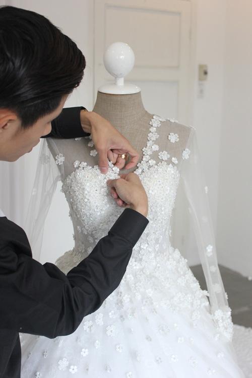 Váy cưới chính được đính hơn 6.000 bông hoa - Tin sao Viet - Tin tuc sao Viet - Scandal sao Viet - Tin tuc cua Sao - Tin cua Sao