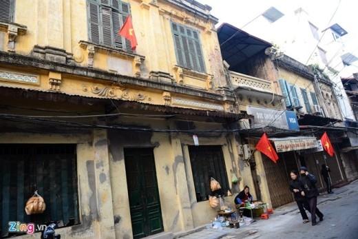 Các căn nhà mặt phố Tô Tịch nói riêng và các tuyến phố ở thủ đô đã treo quốc kỳ từ nhiều ngày trước. Một số hàng quán ăn sáng đã bắt đầu mở cửa.