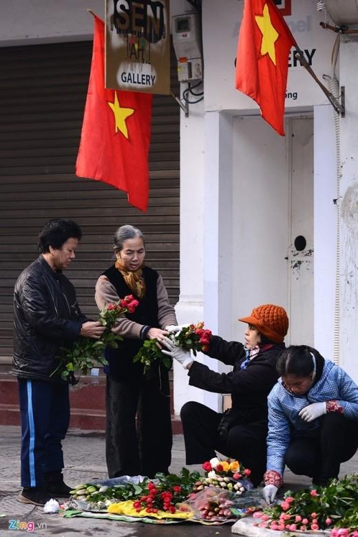 Một vài phụ nữ đi chợ sớm mua hoa.