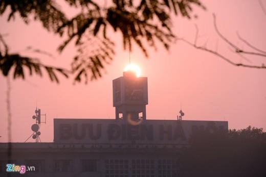 7h15, mặt trời bắt đầu ló rạng phía trên tháp đồng hồ Bưu điện Hà Nội