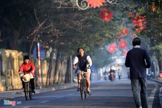 Những người khác lựa chọn đạp xe thong dong quanh hồ tận hưởng không khí trong lành.