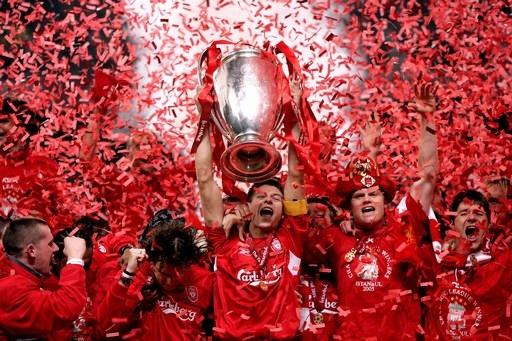 Vô địch Champions League là đỉnh cao nhất trong sự nghiệp của Gerrard (cầm Cup). Ảnh: DM.