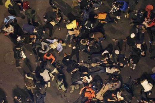 Do xô đẩy nhau để nhặt tiền, hàng loạt người đã giẫm đạp và ngã lên nhau. Thống kê ban đầu cho thấy có 42 người bị thương và 35 người thiệt mạng. Ảnh: People's Daily