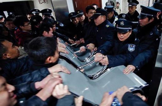Người nhà của các nạn nhân đổ đến bệnh viện và ẩu đả với cảnh sát vì bị ngăn tiếp cận với khu vực chữa trị bên trong. Ảnh: Today Online