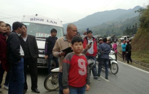 Người dân sốt ruột chờ thông đường.