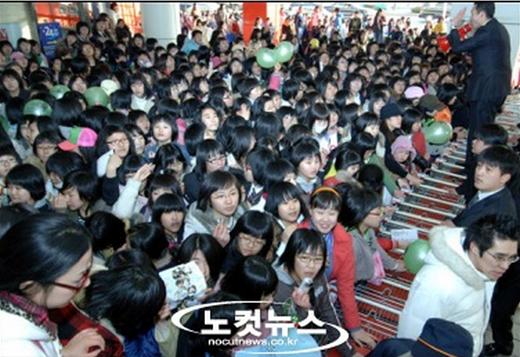 Fan chen lấn trong một sự kiện của SS501 (2006)