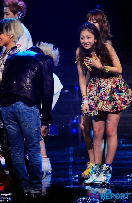 Xúc động trước hình ảnh RiSe (Ladies' Code) nhận sự chào hỏi của đàn anh G-Dragon (2013)