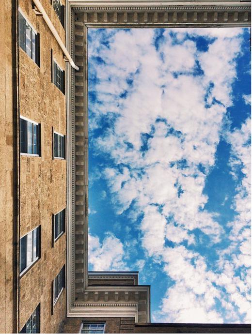 Diềm mái tòa nhà như khung tranh cho bức tranh bầu trời.