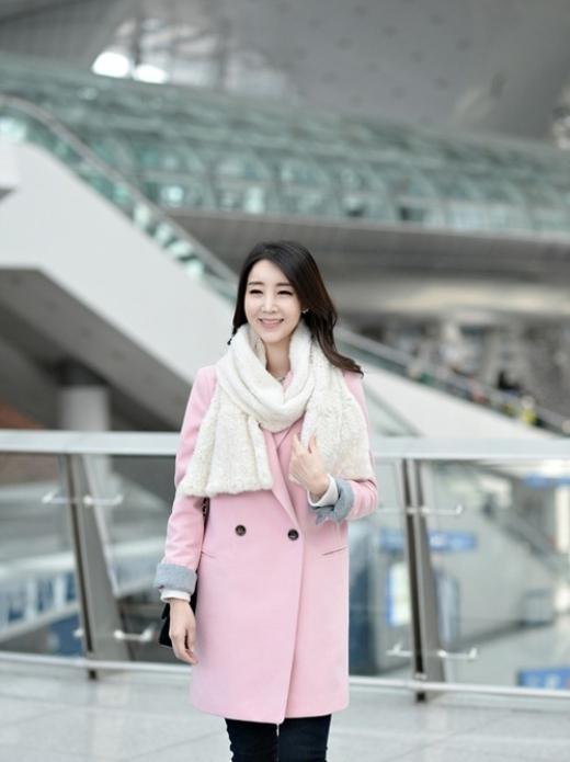 Áo dạ dáng suông màu hồng phấn phối phần xắn gấu tay màu ghi