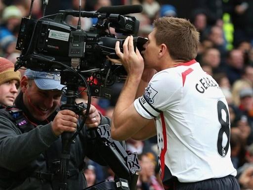 Manchester United luôn là một đối thủ ưa thích của Gerrard. Anh từng 9 lần sút tung lưới đội chủ sân Old Trafford trong sự nghiệp. Hình ảnh Gerrard chạy đến hôn chiếc camera ở ngoài đường pitch mỗi khi ghi bàn vào lưới M.U đã đi vào lịch sử của Premier League.