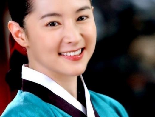 Lee Young Ae đằm thắm hóa thân vào vai nữ ngự y xinh đẹp trong Dae Jang Geum.