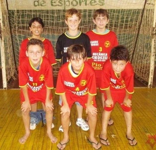 Bạn có nhận thấy điều gì bất thường của cậu bé áo đỏ ở bên trái bức ảnh không?
