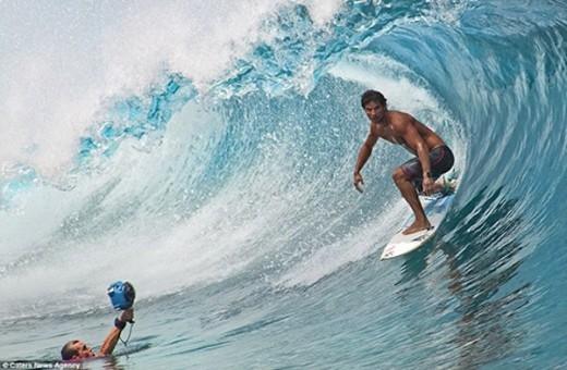 Nhiếp ảnh gia Ben Thouard (trái) ghi lại hình ảnh của VĐV Michael Bourez.