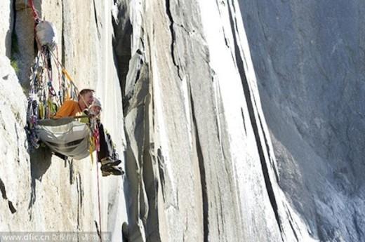 Hai vợ chồng Tommy Caldwell trên vách núi đá El Capitan.