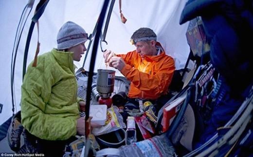 Bên trong căn lều của vợ chồng Tommy.
