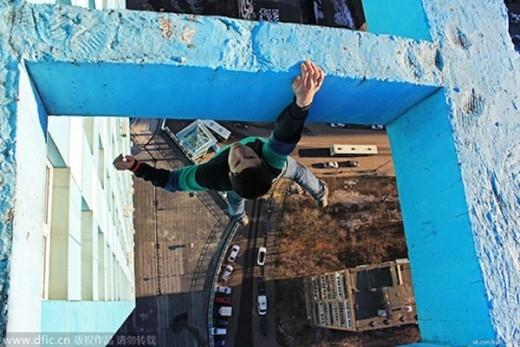 Kirill Oreshkin leo tay không trên một tòa nhà cao tầng.