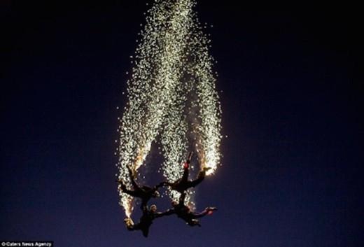 Đội nhảy dù Fastax bắn pháo hoa lập kỷ lục.