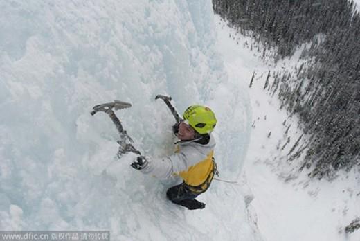 LeBlanc thực hiện cú trèo thác băng ở Alberta.