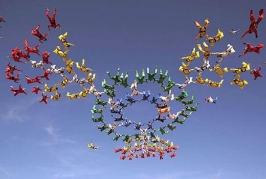 World Team xếp hình trên không chào mừng 20 năm kỷ niệm thành lập nhóm.