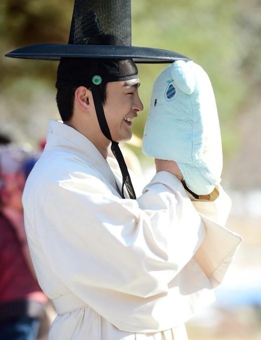 Ngoài đời, Seo In Guk là một chàng trai rất hay đùa và luôn tạo không khí vui nhộn trên trường quay.