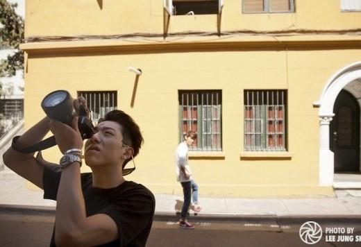 Trông anh chàng cao kều Lee Jung Shin của CNBlue không khác gì một nhiếp ảnh gia chuyên nghiệp