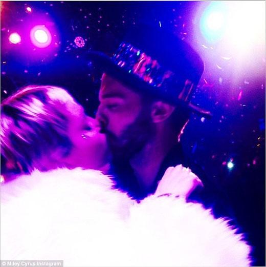 Miley và Patrickđã ở bên nhau và dành trọn cho nhau chiếc hôn say đắm ngay thời khắc giao thừa