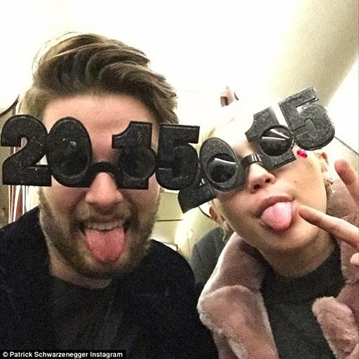 Miley Cyrus tình tứ với bạn trai suốt đêm giao thừa
