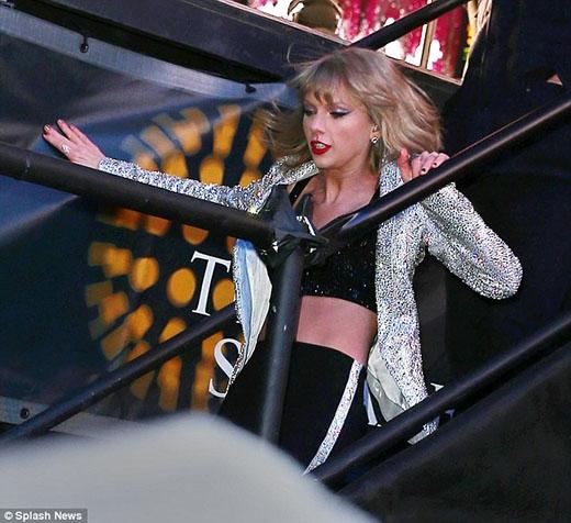 Taylor Swift ngã cầu thang ngay đầu năm mới