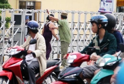 Trước việc người phụ nữ quậy phá gây ùn tắc giao thông, lực lượng dân phòng được cử ra đưa vào lề đường nhưng bà ta bỏ chạy.