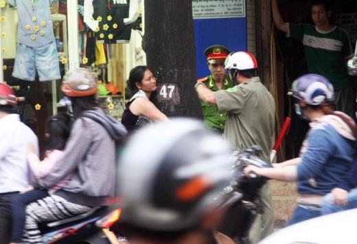 Cả công an cũng phải ra giữ trật tự, đứng kèm để không cho người phụ nữ này nhảy ra giữa đường.