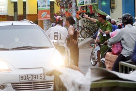 Nhưng một lúc bà ta lại lao ra đường chặn đầu xe. Đến 18h, người phụ nữ này vẫn quậy tưng trên đường Lãnh Binh Thăng.