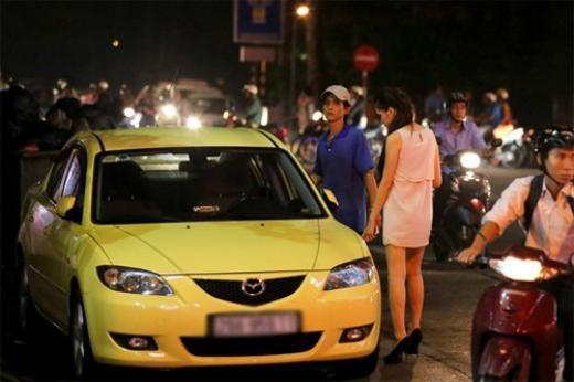 Sau khi có chút danh tiếng tại cuộc thi Vietnam Idol, Hương Giang quyết định vào TP.HCM lập nghiệp. Cô dành một thời gian để tích cóp tiền bạc rồi chọn xế hộp bình dân. Chiếc xe của người đẹp có nhãn hiệu Mazda, màu vàng chanh khá nổi bật và thời trang, phù hợp với cá tính của cô. - Tin sao Viet - Tin tuc sao Viet - Scandal sao Viet - Tin tuc cua Sao - Tin cua Sao