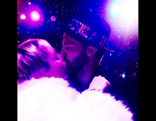 Miley Cyrusvà bạn traiPatrick Schwarzeneggerhôn nhau say đắm tại một bữa tiệc