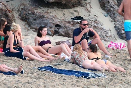 Leonardo DiCaprio tận hưởng ngày đầu năm bên rất nhiều hot girl
