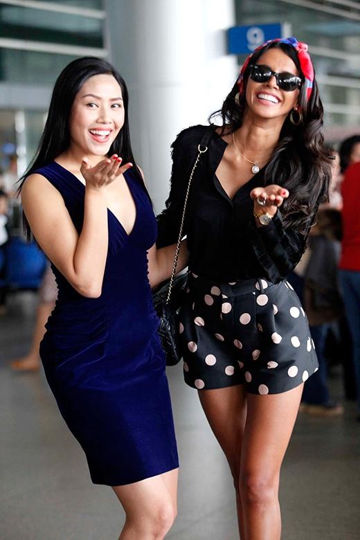 Nguyễn Thị Loan và Ivian Sarcos tạo dáng nhí nhảnh tại sân bay. - Tin sao Viet - Tin tuc sao Viet - Scandal sao Viet - Tin tuc cua Sao - Tin cua Sao