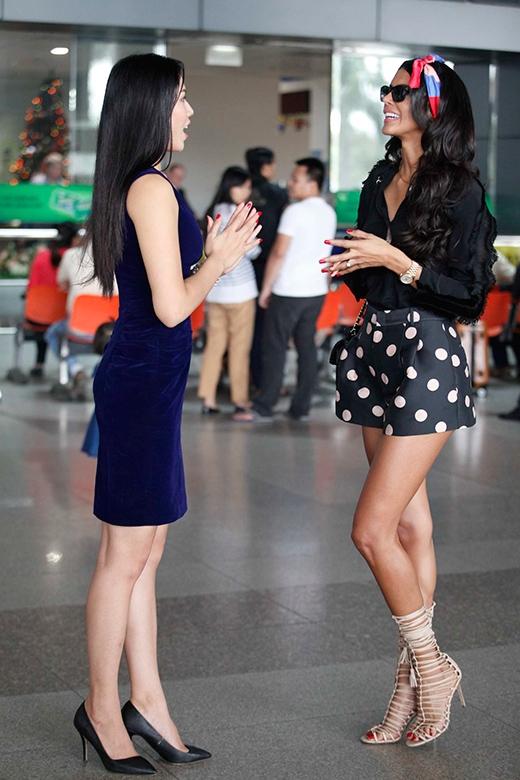 Hai người đẹp không ngừng trò chuyện vui vẻ, thân mật. - Tin sao Viet - Tin tuc sao Viet - Scandal sao Viet - Tin tuc cua Sao - Tin cua Sao