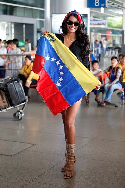 Hoa hậu Thế giới 2011 còn mang theo cả cờ Tổ quốc đến Việt Nam. - Tin sao Viet - Tin tuc sao Viet - Scandal sao Viet - Tin tuc cua Sao - Tin cua Sao
