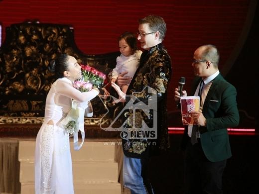 Hai cha con đã lên sân khấu và tặng hoa cho mẹ Đoan Trang. - Tin sao Viet - Tin tuc sao Viet - Scandal sao Viet - Tin tuc cua Sao - Tin cua Sao