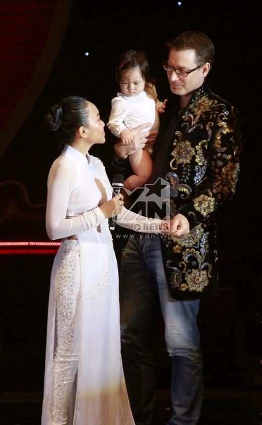 Ông xã khá mạnh dạn chia sẻ về niềm hạnh phúc và tự hào khi có một người vợ tài giỏi như Đoan Trang và 1 tiểu socola vô cùng đáng yêu và dễ thương. - Tin sao Viet - Tin tuc sao Viet - Scandal sao Viet - Tin tuc cua Sao - Tin cua Sao