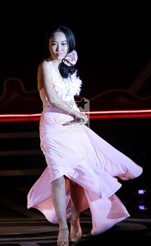 Ngay từ những phút đầu tiên, Đoan Trang đã mang lên sân khấu những điệu nhảy vô cùng sôi động và máu lửa. - Tin sao Viet - Tin tuc sao Viet - Scandal sao Viet - Tin tuc cua Sao - Tin cua Sao