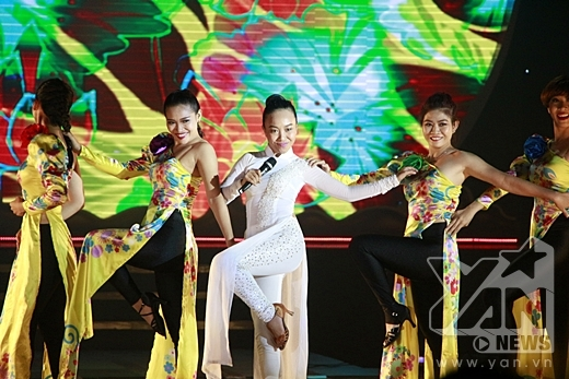 Đoan Trang diện chiếc áo dài trắng kết hợp với quần bó sát vừa hiện đại, vừa truyền thống, kết hợp cùng màn vũ đạo ấn tượng khi thể hiện hai ca khúc Quạt giấy và Guốc mộc. - Tin sao Viet - Tin tuc sao Viet - Scandal sao Viet - Tin tuc cua Sao - Tin cua Sao