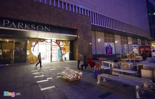 Parkson đột ngột đóng cửa, các quầy hàng chuyển đồ trong đêm