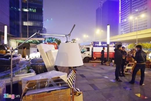 Nhiều tiểu thương cho biết, từ trưa ngày 2/1, TTTM Parkson đã ồn ào như chợ, mọi người tấp nập chuyển đồ ra ngoài.