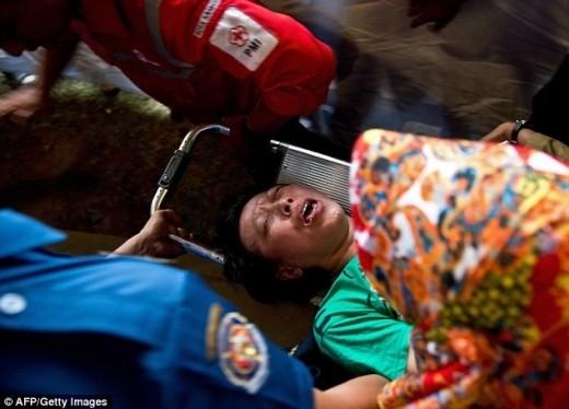 Một số người ngất xỉu ngay sau khi chứng kiến những hình ảnh thương tâm này. Ảnh: AFP