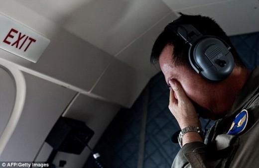 Một thành viên đội tìm kiếm của không quân Indonesia đau lòng khi phát hiện thi thể trôi trên biển. Ảnh: AFP