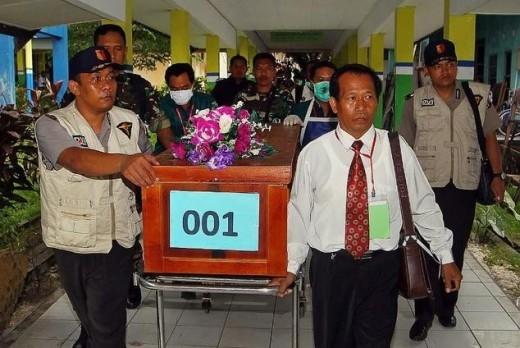 Ngày 31/12, những thi thể nạn nhân đầu tiên được chuyển tàu tìm kiếm về trung tâm nhận diện ở thị trấn Pangkalan Bun. Ảnh: Daily Mail