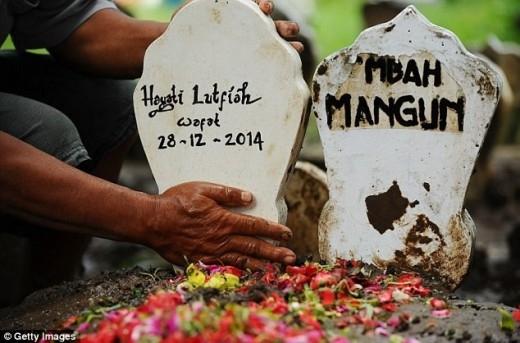Gia đình đã tổ chức tang lễ cho cô Hayati trong cùng ngày 1/1. Ảnh: APVideoGiây phút gia đình nhận thi thể nạn nhân đầu tiên vụ QZ8501